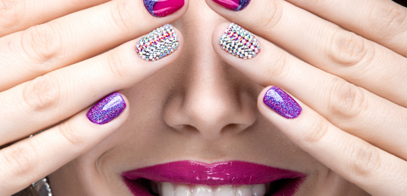 ongles-strass-et-paillettes